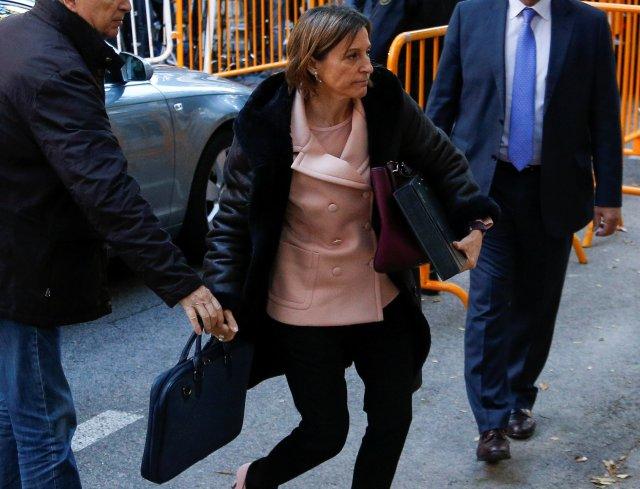 Carme Forcadell, presidenta del parlamento catalán, llega al Tribunal Supremo de España para testificar sobre rebelión, sedición y uso indebido de fondos públicos para el gobierno central al celebrar un referéndum sobre la independencia y proclamar la independencia, en Madrid, España, 9 de noviembre de 2017 REUTERS / Javier Barbancho