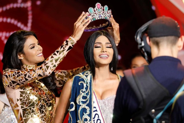 Miss Venezuela 2016 Keysi Sayago (L) crowns Miss Delta Amacuro, Sthefany Gutierrez, after she won the Miss Venezuela 2017 pageant in Caracas, Venezuela November 9, 2017. REUTERS/Marco Bello
