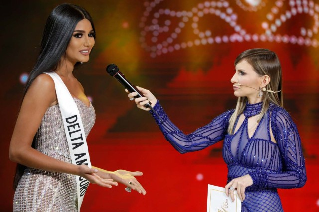 Miss Delta Amacuro, Sthefany Gutierrez (L), answers a question during the interview segment of the Miss Venezuela 2017 pageant in Caracas, Venezuela November 9, 2017. REUTERS/Marco Bello