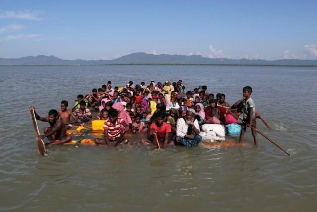Los refugiados rohingya cruzan el río Naf con una balsa improvisada para llegar a Bangladesh en Sabrang, cerca de Teknaf, Bangladesh, el 10 de noviembre de 2017. REUTERS / Mohammad Ponir Hossain