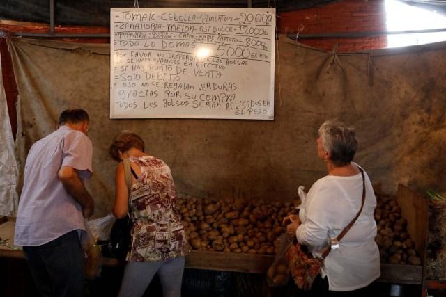 People shop at a vegetable street market in Caracas, Venezuela November 13, 2017. REUTERS/Marco Bello
