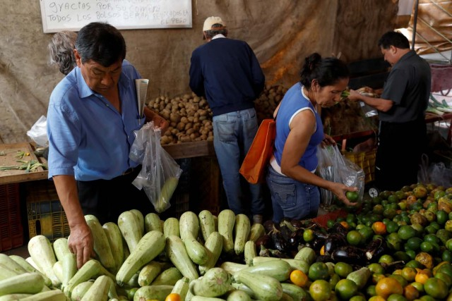 People shop at a vegetable street market in Caracas, Venezuela November 13, 2017. REUTERS/Marco Bello