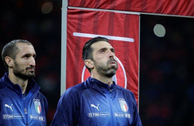 Calificaciones para la Copa Mundial 2018 - Europa - Italia vs Suecia - San Siro, Milán, Italia - 13 de noviembre de 2017 Los italianos Giorgio Chiellini y Gianluigi Buffon se alinean antes del partido REUTERS / Max Rossi