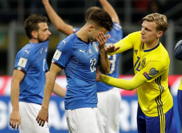 Soccer Football - 2018 World Cup Qualifications - Europe - Italy vs Sweden - San Siro, Milan, Italy - November 13, 2017   Italy's Stephan El Shaarawy looks dejected as Sweden's Emil Forsberg looks on after the match          REUTERS/Max Rossi