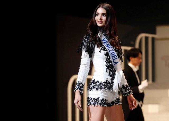 La segunda finalista de la Miss Internacional 2017 Diana Macarena Croce Garcia en representación de Venezuela, vestida con un atuendo nacional, posa en el 57º concurso de belleza Miss International en Tokio, Japón, el 14 de noviembre de 2017. REUTERS / Toru Hanai