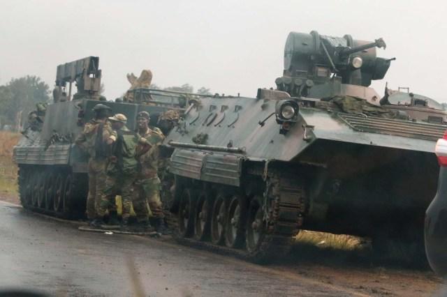 Soldados junto a unos vehículos militares a las afueras de Harare, nov 14,2017. REUTERS/Philimon Bulawayo