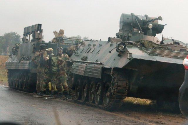 Soldados junto a unos vehículos militares a las afueras de Harare, nov 14,2017. REUTERS / Philimon Bulawayo