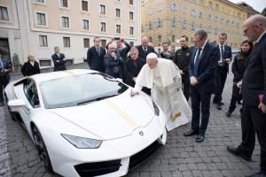 El Lamborghini que le regalaron al papa Francisco (fotos)