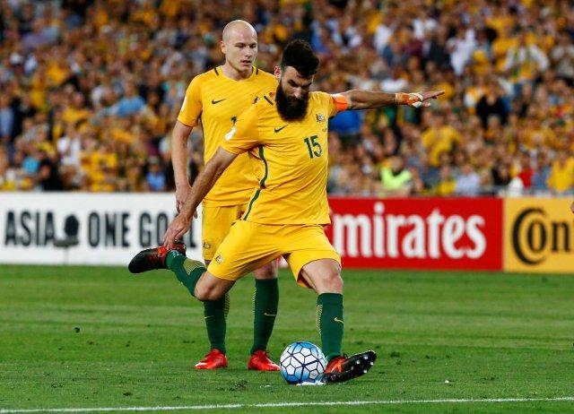 Calificación para el Mundial 2018 - Australia vs Honduras - ANZ Stadium, Sydney, Australia - 15 de noviembre de 2017 Mile Jedinak de Australia anota su primer gol de un tiro libre REUTERS / David Gray