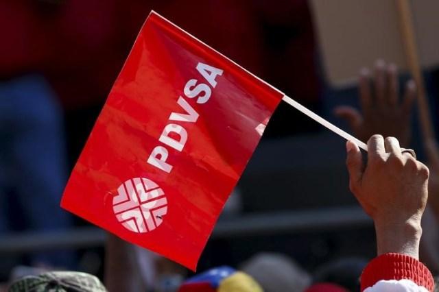 Un trabajador sostiene una bandera de PDVSA durante una reunión con el presidente de Venezuela, Nicolás Maduro en Caracas, ene 12, 2016. REUTERS/Carlos Garcia Rawlins