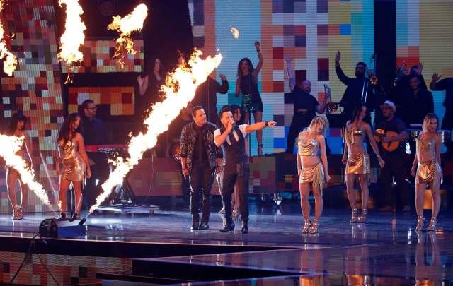 """18 ° Latin Grammy Awards - Show - Las Vegas, Nevada, EE.UU., 16/11/2017 - Luis Fonsi (R) y Victor Manuelle interpretan """"Despacito"""". REUTERS / Mario Anzuoni"""