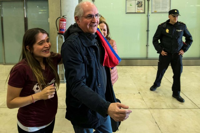 Antonio Ledezma, Venezuelan opposition leader (C), stands with his wife Mitzy Capriles and daughter Antonietta (L) upon arriving at Adolfo Suarez Madrid Barajas airport in Madrid, Spain, November 18, 2017. REUTERS/Juan Medina