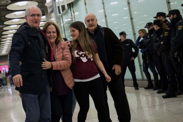 REFILE - CORRECTING TYPO Antonio Ledezma, Venezuelan opposition leader (L), walks with his wife Mitzy Capriles and daughter Antonietta upon arriving at Adolfo Suarez Madrid Barajas airport in Madrid, Spain, November 18, 2017. REUTERS/Juan Medina