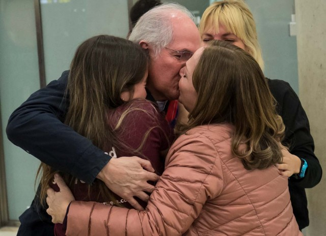Antonio Ledezma, Venezuelan opposition leader, kisses his wife Mitzy Capriles as he embraces her and his daughter Antonietta upon arriving at Adolfo Suarez Madrid Barajas airport in Madrid, Spain, November 18, 2017. REUTERS/Juan Medina