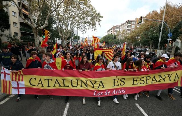 """Los partidarios de la unidad española sostienen una pancarta que dice """"Cataluña es España"""" durante una manifestación en Barcelona, España, el 18 de noviembre de 2017. REUTERS / Albert Gea"""