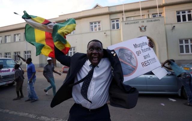 Zimbabuenses celebran después de que el presidente Robert Mugabe anunció su renuncia en Harare, Zimbabwe el 21 de noviembre de 2017. REUTERS / Mike Hutchings