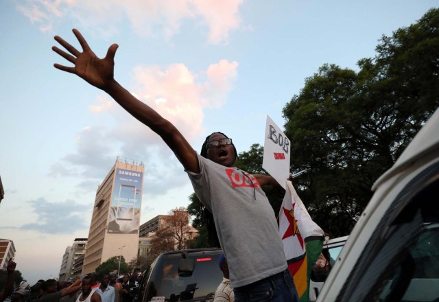 Zimbabweans celebrate after President Robert Mugabe resigns in Harare, Zimbabwe November 21, 2017. REUTERS/Mike Hutchings
