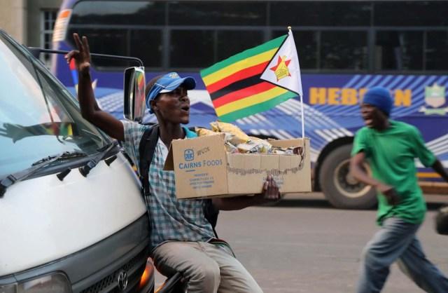 Zimbabweans celebrate after President Robert Mugabe resigns in Harare, Zimbabwe November 21, 2017. REUTERS/Marius Bosch
