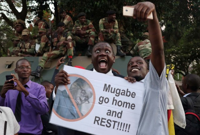 Zimbabweans celebrate after President Robert Mugabe resigns in Harare, Zimbabwe November 21, 2017. REUTERS/Philimon Bulawayo