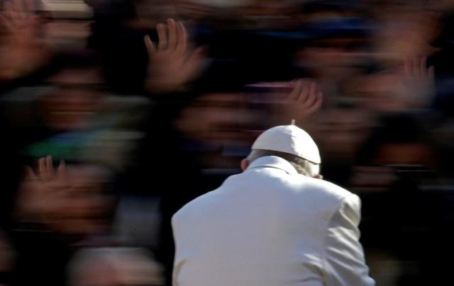 El Papa Francisco saluda cuando llega para dirigir la audiencia general del miércoles en la plaza de San Pedro en el Vaticano el 22 de noviembre de 2017. REUTERS / Max Rossi TPX IMÁGENES DEL DÍA