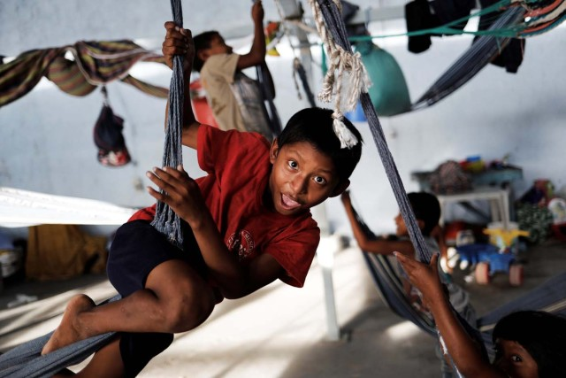 Indigenous Warao children from the Orinoco Delta in eastern Venezuela, play on hammocks at a shelter in Pacaraima, Roraima state, Brazil November 15, 2017. Picture taken November 15, 2017. REUTERS/Nacho Doce