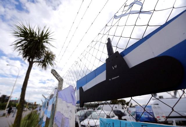 Un cartel con un mensaje en apoyo de los 44 miembros de la tripulación desaparecidos en el mar. En Mar del Plata, Argentina, el 22 de noviembre de 2017. REUTERS / Marcos Brindicci