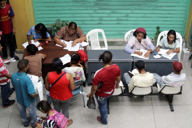 Medical workers assist people looking for treatment for malaria at a health center in San Felix, Venezuela November 7, 2017. Picture taken November 7, 2017. REUTERS/William Urdaneta