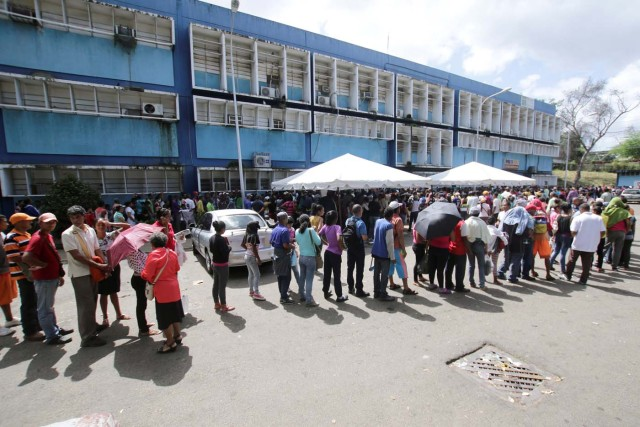 People queue outside a health center as they wait to get treatment for malaria, in San Felix, Venezuela November10, 2017. Picture taken November 10, 2017. REUTERS/William Urdaneta