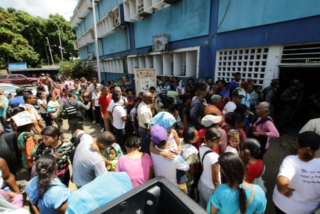 People gather outside a health center as they wait to get treatment for malaria, in San Felix, Venezuela November 3, 2017. Picture taken November 3, 2017. REUTERS/William Urdaneta
