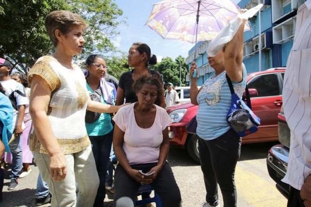 Personas se reúnen fuera de un centro de salud mientras esperan recibir tratamiento para la malaria, en San Félix, Venezuela el 3 de noviembre de 2017. Foto tomada el 3 de noviembre de 2017. REUTERS / William Urdaneta