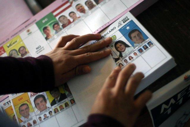Una boleta de votación se representa durante las elecciones presidenciales en una escuela pública, utilizada como casilla de votación en Tegucigalpa, Honduras el 26 de noviembre de 2017. REUTERS / Edgard Garrido