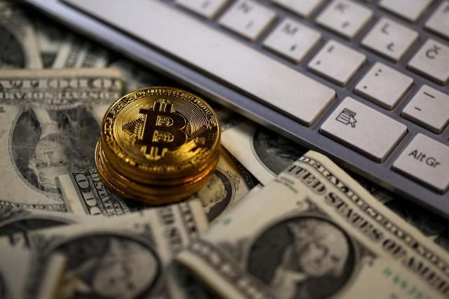 Imagen de archivo. Unos Bitcoin se observan sobre billetes de Dólar, junto al teclado de una computadora, 6 de noviembre de 2017. REUTERS / Dado Ruvic / Ilustración