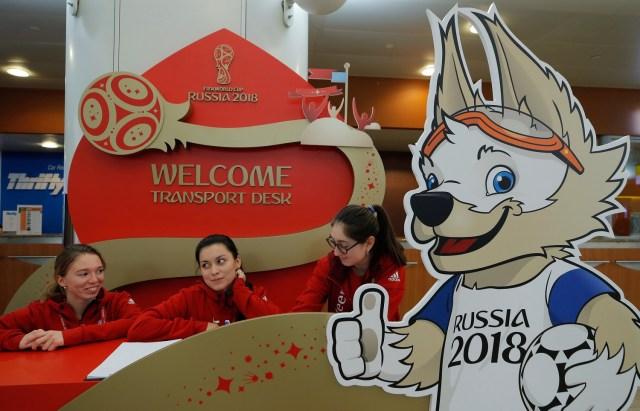 Un tablero que representa a Zabivaka, la mascota oficial de la Copa Mundial de la FIFA 2018, se ve frente a un mostrador de recepción para el Sorteo Final de la Copa en el Aeropuerto Internacional Sheremetyevo en las afueras de Moscú, Rusia el 27 de noviembre de 2017. REUTERS / Maxim Shemetov