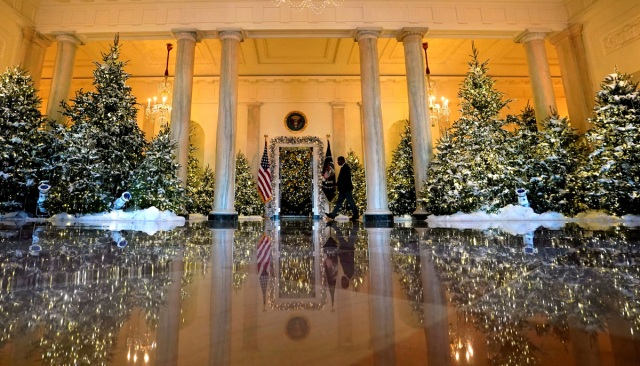 Christmas decor adorns Grand Foyer of the White House in Washington, U.S., November 27, 2017.  REUTERS/Kevin Lamarque
