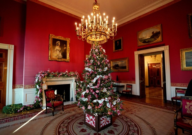 Christmas decor adorns Red Room of the White House in Washington, U.S., November 27, 2017.  REUTERS/Kevin Lamarque