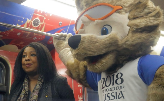 La secretaria general de la FIFA Fatma Samoura y Zabivaka, la mascota oficial de la Copa Mundial de la FIFA 2018 Rusia, participan en una ceremonia de inauguración de un metro con el interior, dedicado a la historia de la Copa Mundial de la FIFA, en Moscú, Rusia 28 de noviembre de 2017 . REUTERS / Maxim Shemetov