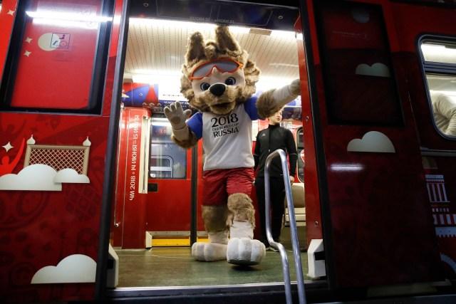Zabivaka, la mascota oficial de la Copa Mundial de la FIFA 2018 Rusia, participa en una ceremonia de inauguración de un metro con el interior, dedicado a la historia de la Copa Mundial de la FIFA, en Moscú, Rusia, el 28 de noviembre de 2017. REUTERS / Maxim Shemetov