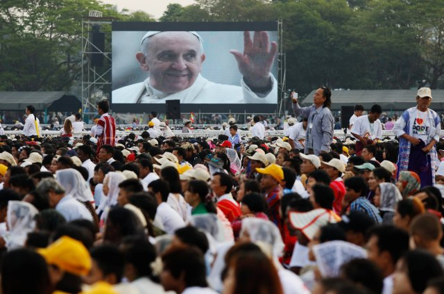 Catholic faithful watch a video of Pope Francis during a mass at Kyite Ka San Football Stadium in Yangon, Myanmar November 29, 2017. REUTERS/Ann Wang NO RESALES. NO ARCHIVES.