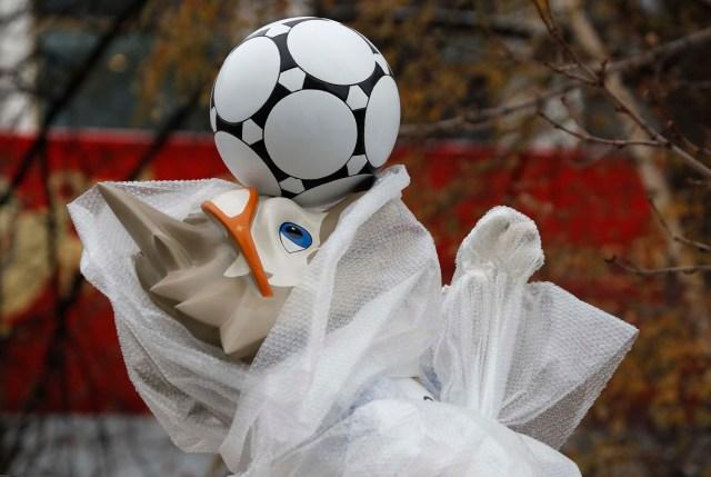 muestra la mascota oficial de la Copa Mundial de la FIFA 2018 Rusia, Zabivaka, envuelta con una cubierta cerca del Kremlin antes de los eventos, dedicada al próximo Sorteo Final de la Copa Mundial de la FIFA 2018 Rusia, en Moscú, Rusia 29 de noviembre de 2017. REUTERS / Sergei Karpukhin