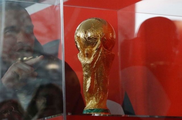 Un hombre señala el trofeo de la Copa del Mundo durante una demostración antes del próximo Sorteo Final de la Copa Mundial de la FIFA 2018 Rusia en el Palacio Estatal del Kremlin en Moscú, Rusia 29 de noviembre de 2017. REUTERS / Sergei Karpukhin