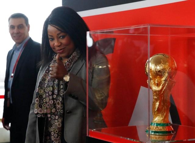 La secretaria general de la FIFA, Fatma Samoura, gesticula cerca del trofeo de la Copa Mundial durante una demostración antes del próximo Sorteo Final de la Copa Mundial de la FIFA 2018 Rusia en el Palacio Estatal del Kremlin en Moscú, Rusia 29 de noviembre de 2017. REUTERS / Maxim Shemetov
