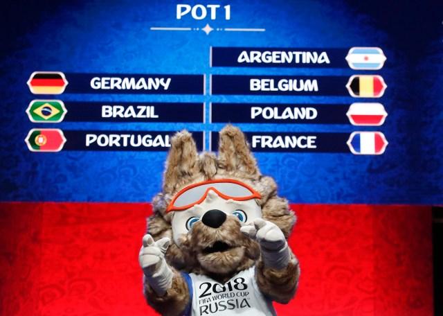 "Zabivaka, la mascota oficial de la Copa Mundial de la FIFA 2018 Rusia, participa en el evento ""Tras bastidores del Sorteo Final"" antes del próximo Sorteo Final de la Copa Mundial de la FIFA 2018 Rusia en Moscú, Rusia 29 de noviembre de 2017. REUTERS / Maxim Shemetov"