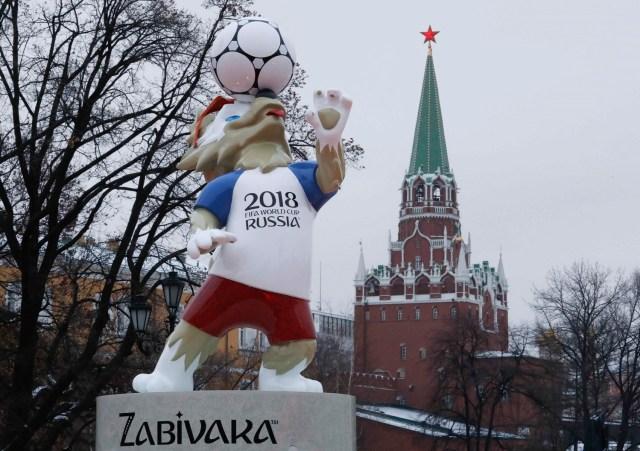 La mascota oficial de la Copa Mundial de la FIFA 2018 Rusia, Zabivaka, está en exhibición cerca de una torre del Kremlin en el centro de Moscú, Rusia 29 de noviembre de 2017. REUTERS / Sergei Karpukhin