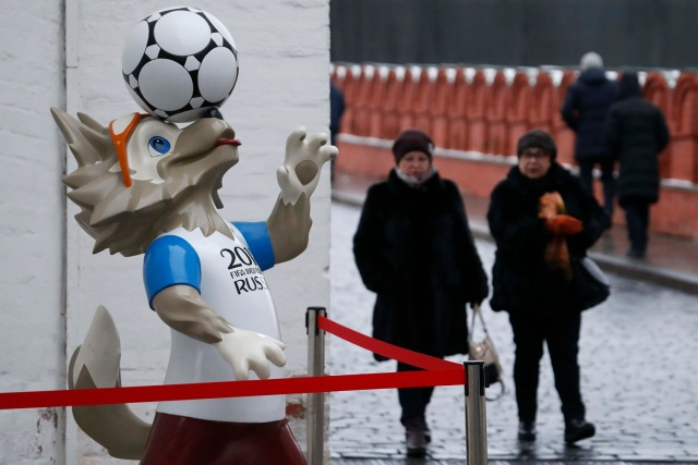 La gente camina más allá de la mascota oficial para la Copa Mundial de la FIFA 2018 Rusia, Zabivaka, en el centro de Moscú, Rusia 29 de noviembre de 2017. REUTERS / Sergei Karpukhin