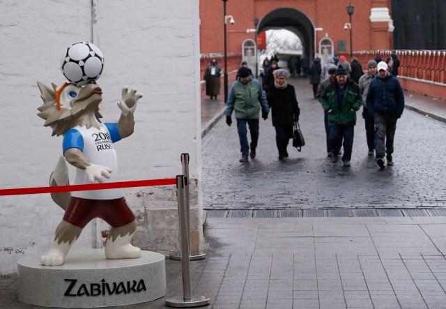 La mascota oficial de la Copa Mundial de la FIFA 2018 Rusia, Zabivaka, se exhibe cerca del Kremlin en el centro de Moscú, Rusia, el 29 de noviembre de 2017. REUTERS / Sergei Karpukhin