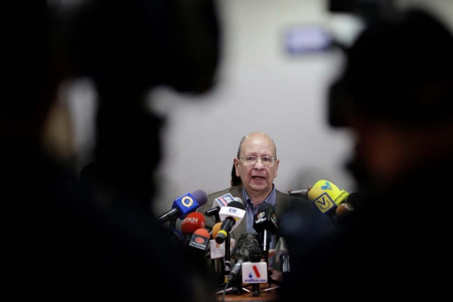 Vicente Diaz, representative of the Venezuelan coalition of opposition parties (MUD) and member of the commission for dialogue between the government and the opposition, speaks with the media during a news conference in Caracas, Venezuela November 29, 2017. REUTERS/Marco Bello