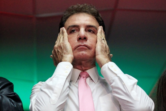 El candidato presidencial opositor hondureño Salvador Nasralla se seca el sudor de su cara durante una conferencia de prensa en Tegucigalpa, Honduras, 29 de noviembre, 2017. REUTERS/Jorge Cabrera