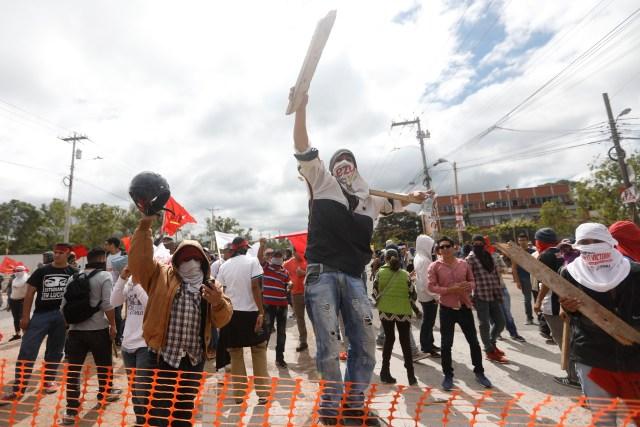 Partidarios del candidato presidencial opositor de Honduras Salvador Nasralla protestan mientras esperan los resultados oficiales de la elección fuera de un depósito del Tribunal Supremo Electoral en Tegucigalpa, Honduras, 30 de noviembre, 2017. REUTERS/Edgard Garrido