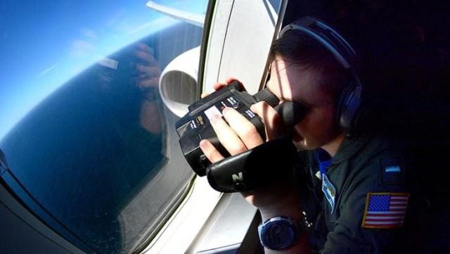 Un miembro de la marina de Estados Unidos busca rastros del submarino argentino ARA San Juan, en un Boeing P-8A Poseidon sobre el Atlántico Sur. Imagen de archivo. 26 de noviembre de 2017. Armada Argentina/vía REUTERS ATENCIÓN EDITORES - ESTA IMAGEN HA SIDO ENTREGADA POR UN TERCERO