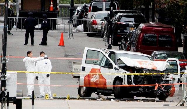 JLX04 NUEVA YORK (ESTADOS UNIDOS), 01/11/2017.- Fotografía con fecha del 31 de octubre de 2017 que muestra a varios miembros de la policía criminal mientras revisan el vehículo que atropelló y mató a 8 personas e hirió a 11 en Nueva York. El autor del atentado terrorista perpetrado ayer en Nueva York, que causó ocho muertos, es un inmigrante de Uzbekistán que llegó a EEUU hace varios años, según informó hoy, 1 de noviembre del 2017 una persona que asegura tener lazos de amistad con él. EFE/JUSTIN LANE